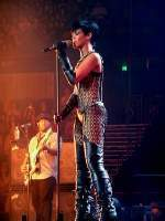 Rihanna cantando en el Brisbane Entertainment Centre en 2008
