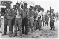 Mercenarios capturados por las tropas cubanas durante la batalla.