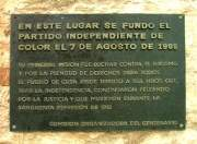 Placa conmmemorativa a la fundación del Partido Independiende de color
