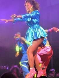 Rihanna cantando en su gira internacional Loud Tour en 2011.