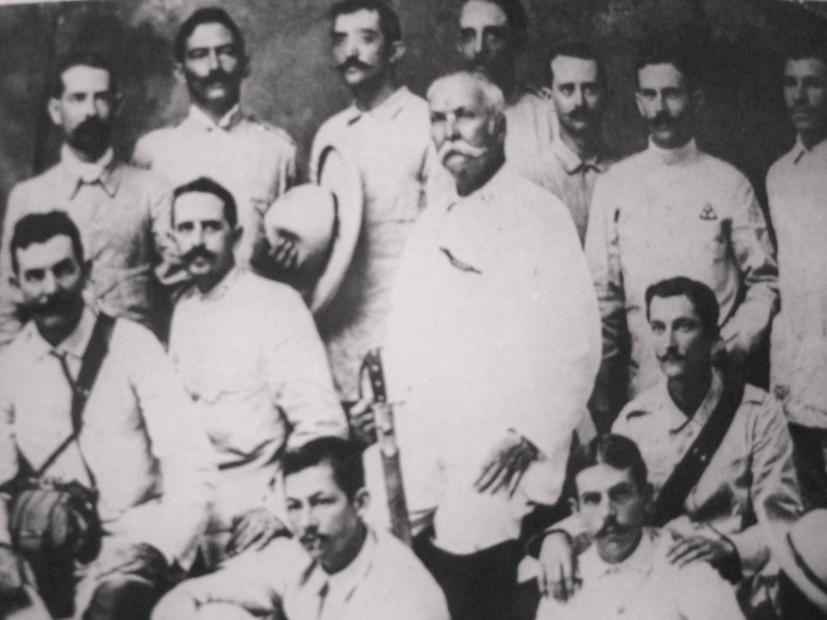 Archivo:Calixto García y otros mambises.JPG