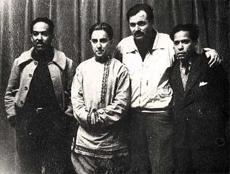Nicolás  Guillén y Ernest Hemingway (primero y segundo por la derecha,          respectivamente) en La Habana, con otros personajes de la  cultura.