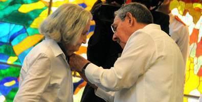 Fina García Marruz recibiendo el 28 de abril de 2013, de manos del General de Ejércitos Raúl Castro Ruz, la Orden José Martí.