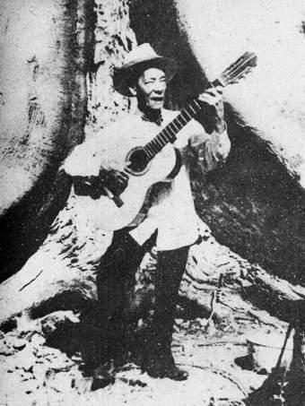 """Sindo GarayUn día se atrevió a tomar la guitarra de uno de los habituales asistentes a las descargas troveras de su hogar y comenzó a intentar imitar lo que veía hacer a sus mayores. Un par de regaños y un par de intentos hasta que un golpe en la puerta lo interrumpe. Era justamente el dueño de la guitarra, nada más y nada menos que Pepe Sánchez, quien enterado enseguida del """"robo"""", quiso escuchar los descubrimientos del niño. Aquellos mínimos acordes despertaron su emoción y un abrazo selló la certeza de que había nacido un artista."""
