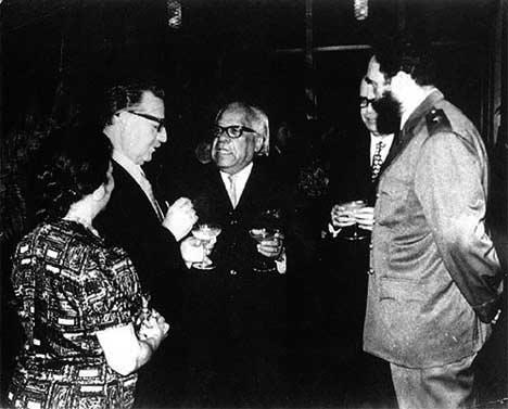 Nicolás  Guillén (al centro), junto al presidente chileno Salvador Allende y  al mandatario cubano Fidel Castro.
