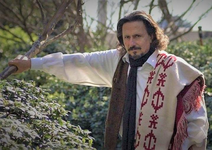 Jorge Marziali en el patio de su casa de campo en el valle de Traslasierra (provincia de Córdoba).
