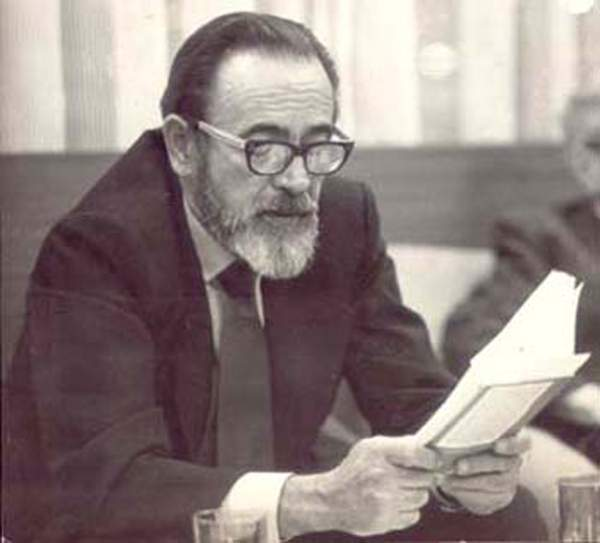 Eliseo durante un recital de poesía en la década de 1980