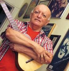 Con su guitarraLa producción de Adelis, es inmensamente rica, entre ellas se destacan canciones que han sido éxitos nacionales como: