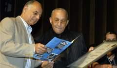 Momento en que Juan Formell recibe el doctorado Honoris Causa en Arte.