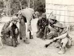 Sentado y con sombrero, Juan Almeida junto a Fidel Castro, Ramiro Valdés,  Calixto García Martínez y el Che