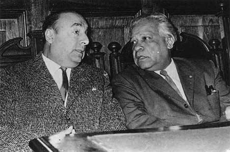 Nicolás Guillén con Pablo Neruda, en la Universidad de La Habana.