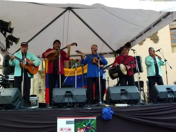 El grupo durante una actuaciónEn el año 1981 se programó un carnaval cultural en un barrio de  Barquisimeto, pero los artistas no llegaron a tiempo.
