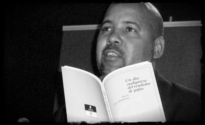 Alexis Pimienta leyendo su libro de poesía Un día cualquiera del vendedor de gafas (2011).