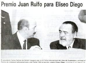Foto de un diario de la época, que muestra el momento en que Eliseo  Diego recibe el Premio Juan Rulfo. A su lado el entonces presidente  mexicano, Carlos Salinas de Gortari.