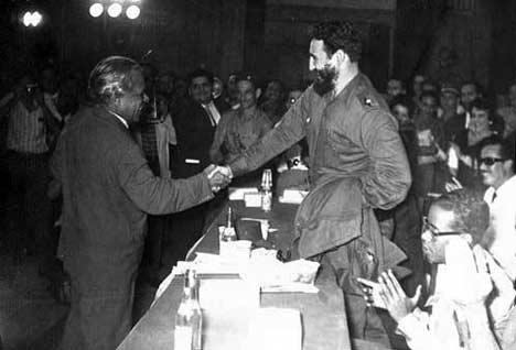 Nicolás Guillén y Fidel Castro, en 1960.