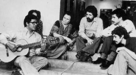 """leftCon todo, durante los primeros años el GES vivió una extraña situación de aislamiento, ya que por razones de insensibilidad burocrática y prejuicios idiotas, algunos organismos se negaban a difundir nuestra música, y entre estos se encontraban órganos de difusión tan vitales como la televisión, la radio y el disco. El grupo sólo podía oírse a sí mismo en la banda sonora de las películas cubanas, en la cabina del estudio del ICAIC en la calle Prado o en sus esporádicas actuaciones en vivo en el actual Chaplin (entonces Cinemateca)o en el cine 23 y 12. La mayoría de estas presentaciones fueron ante un público compuesto por los propios trabajadores del ICAIC, pero cuando se hacían realmente públicas el teatro se abarrotaba y cientos de personas se quedaban fuera. Cómo sabían de la existencia del Grupo es un misterio que sólo Sherlock Holmes o Guillermo de Baskerville podrán desentrañar por ahora. El """"bloqueo"""" al GES comenzó a romperse por la EGREM, que con el """"empujoncito"""" de la Casa de las Américas, presidida por Haydée Santamaría, editó varios LD que hoy son rarezas de coleccionistas."""