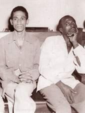 Almeida sentado (a  la izquierda y con camisa oscura), junto a Armando Mestre,   detenidos tras el asalto al cuartel Moncada