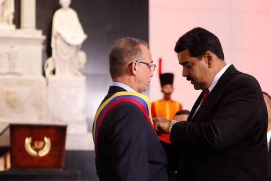 Antonio Guerrero recibe la Orden Libertadores de América de manos del presidente de Venezuela, Nicolás Maduro
