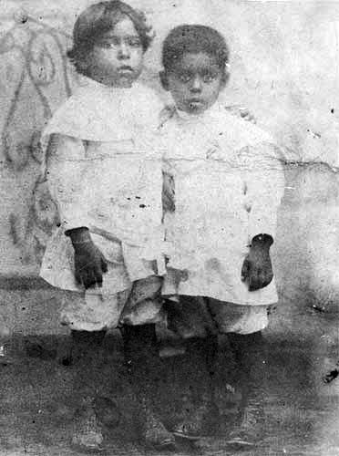 Nicolás Guillén con su hermano menor, Francisco.
