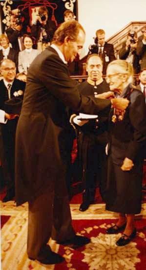 Dulce María Loynaz recibe el Premio Cervantes, de manos del Rey de España, en el Paraninfo de la Universidad de Alcalá de Henares (23 de abril de 1993).