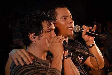 Las  presentaciones en vivo del Dúo Buena Fe,  del cual Israel es el vocalista líder los sitúa en los primeros lugares del gusto popular.