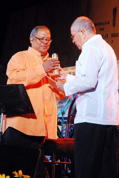 Recibiendo la Réplica de la Pluma del Cucalambé en Las Tunas, durante la gira nacional de 2011